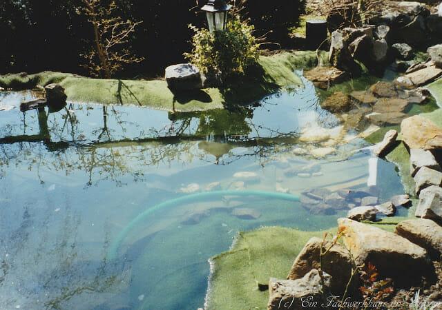 Der Gartenteich. Das Wasser ist drin.