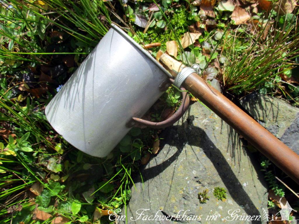 Selbst gebasteltes Werkzeug zur Teichreinigung.