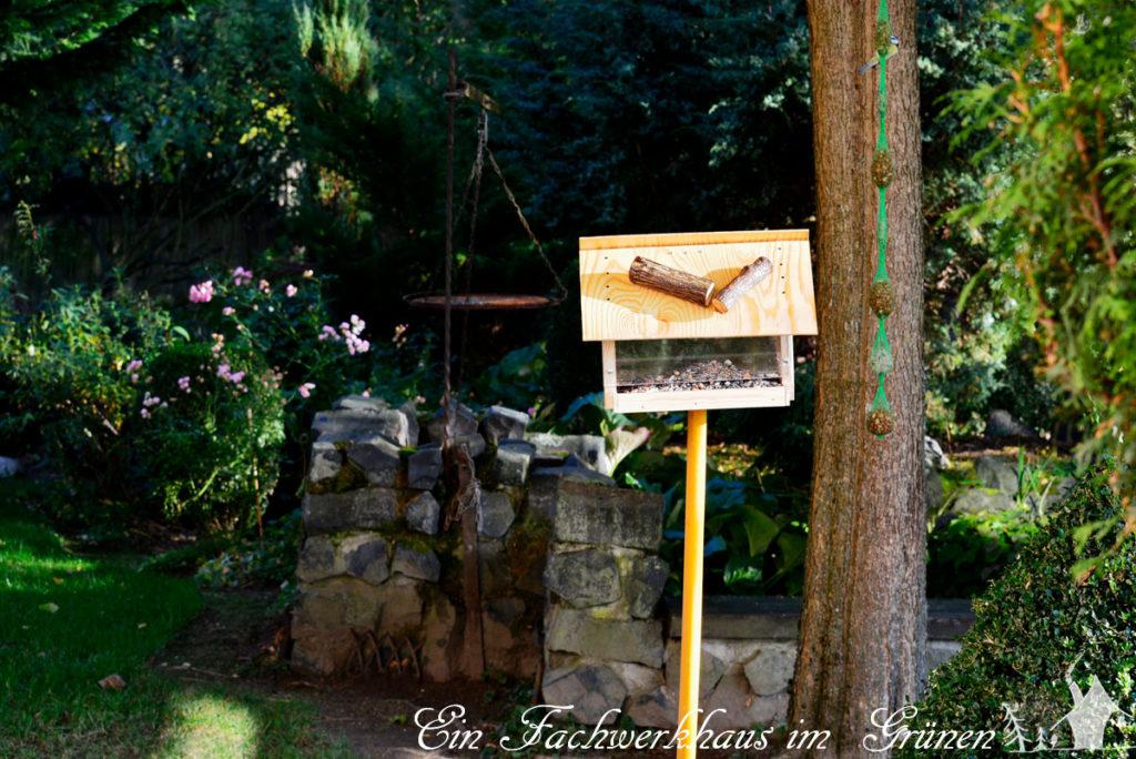 Das Vogelfutterhaus ist fertig und steht im Garten