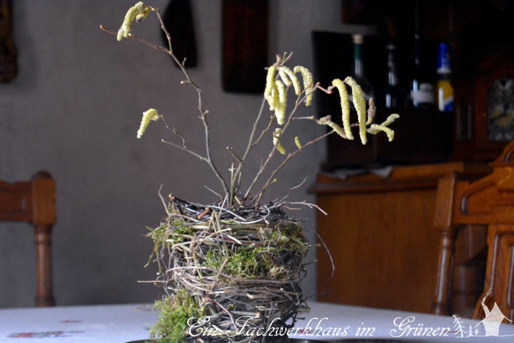 Die Landhausvase mit den Blüten der Hasel.