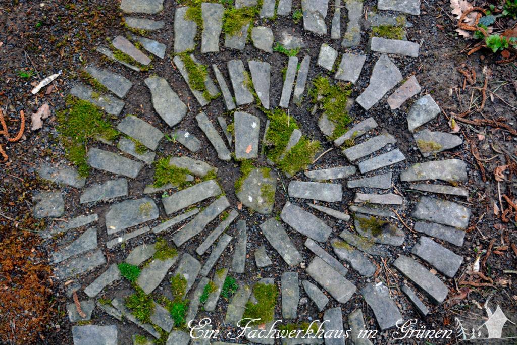 Ein Kreis lockert den Gartenweg auf.