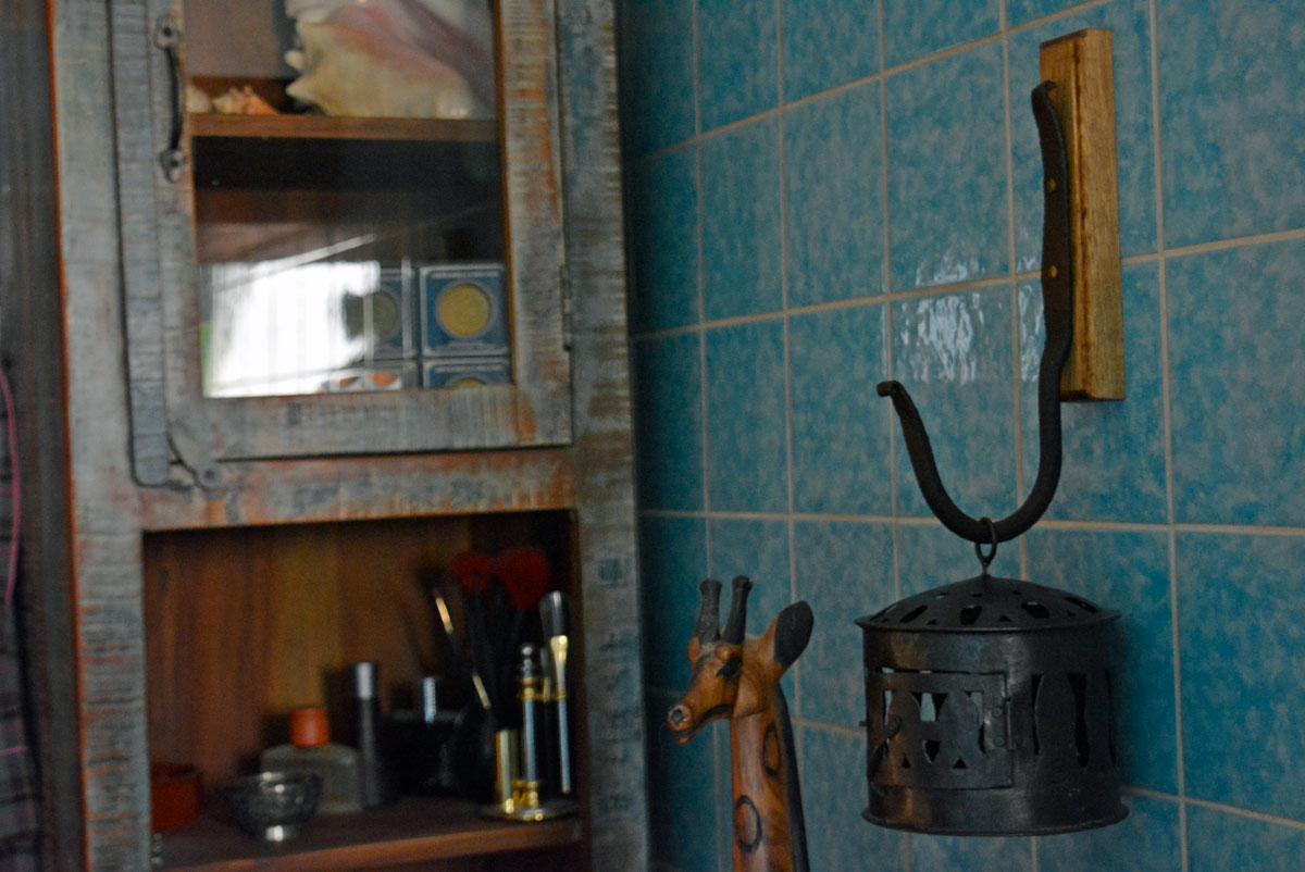 Ein Wanhalter für das Badezimmer, an dem eine Laterne hängt.