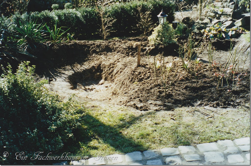 Wer einen Gartenteich anlegen möchte, muss ein Loch graben.