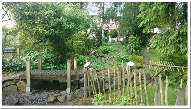Ein Brücke im Garten