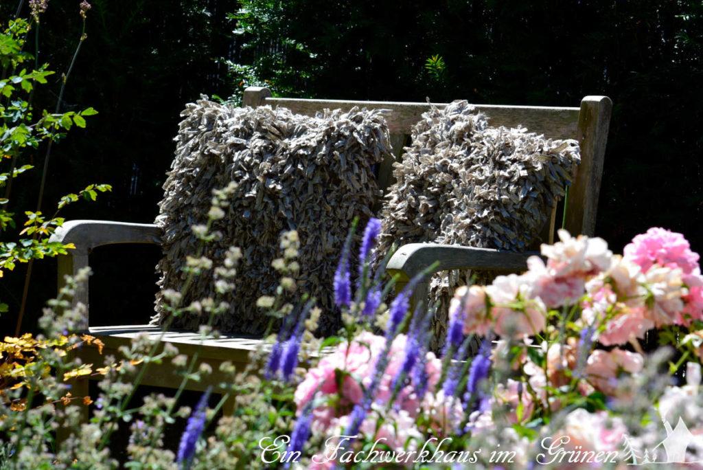 Der Sitzplatz im Rosengarten für entspannte Stunden zu zweit.