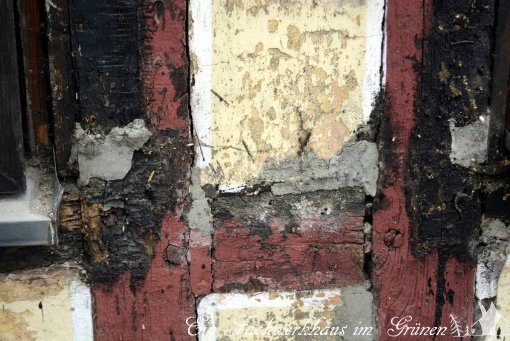 Schadhafte Stellen im Fachwerk, die mit Zement repariert wurden.