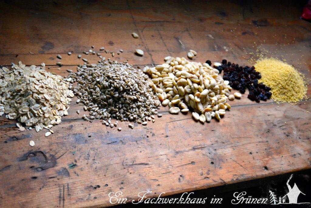 Vogelfutter selbst machen. Haferflocken, Sonnenblumenkerne, Erdnüsse, Rosinen und Hirse.