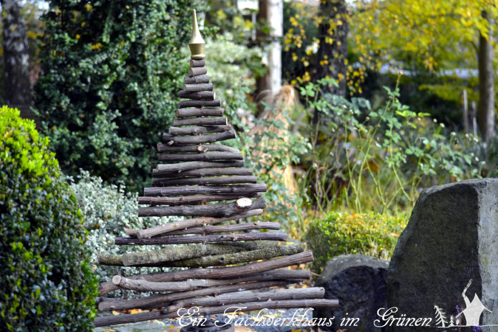 Der Weihnachtsbaum sieht sich den Garten an.