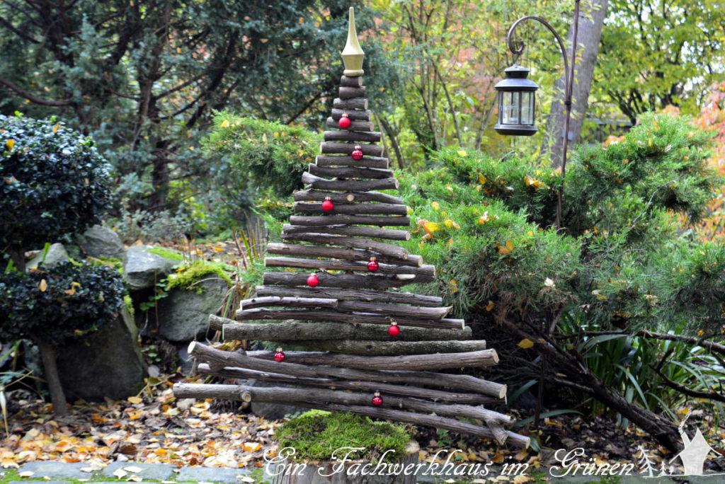 Selbst gebastelter Weihnachtsbaum mit Schmuck in unserem Garten.
