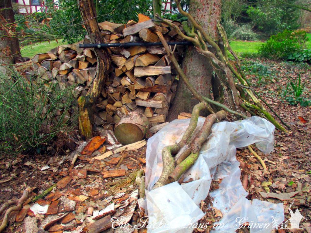 Das Brennholz unter dem Baumhaus muss auch weg.