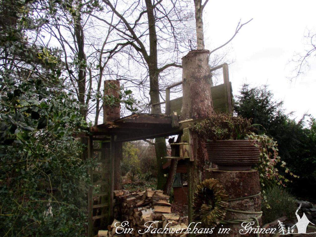 Das alte Baumhaus ist teilweise schon abgerissen.
